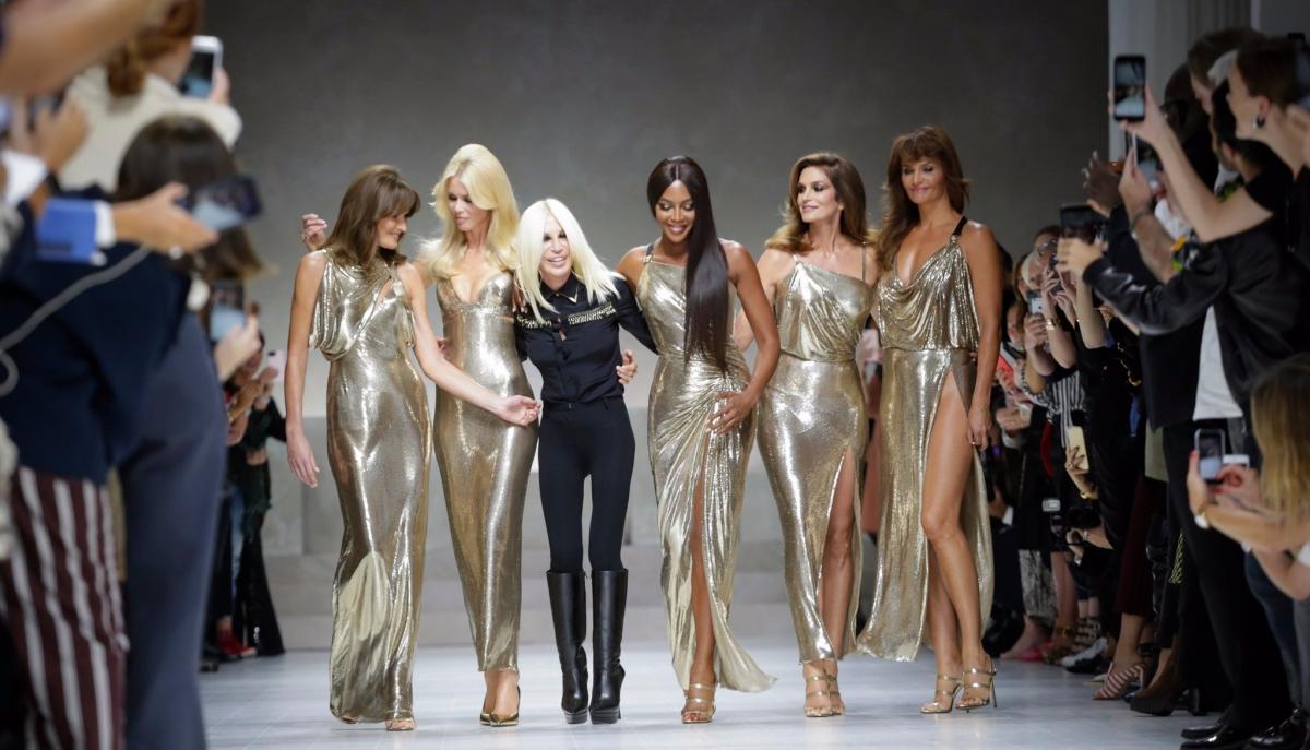 Milano Fashion Week 2017: sfilano le top model storiche in omaggio a Gianni Versace. Le collezioni di Etro ed Elisabetta Franchi